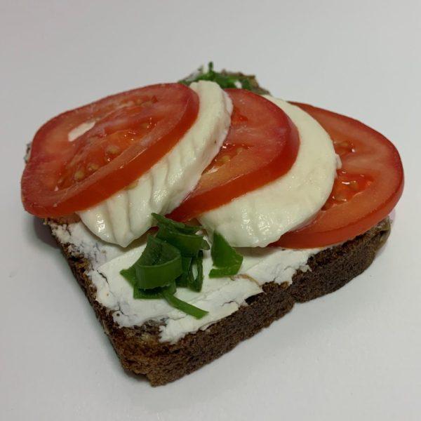 Slunečnicový vege chlebík mozzarella a rajče
